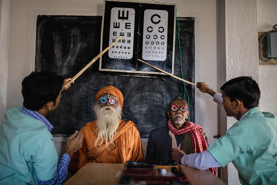 Due abitanti della regione indiana del Sundarbans durante un esame della vista. Una squadra di oculisti, guidata dal dottor Asim Sil, raggiunge in barca questa zona isolata sul delta del Gange per contribuire a ridurre i casi di cecità curabile