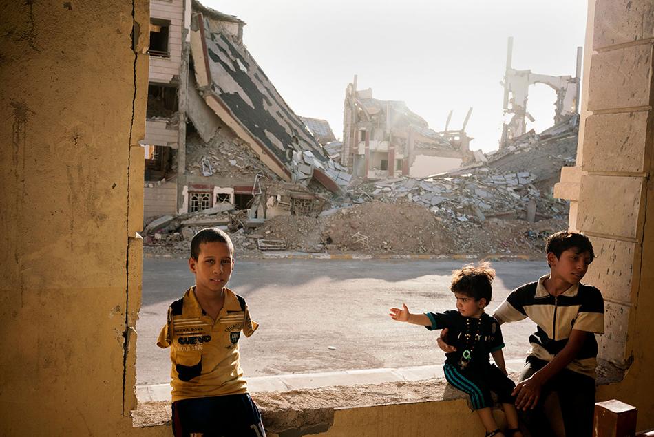 Una famiglia sfuggita all'ISIS, vive tra le macerie di un complesso residenziale di Ramadi in Iraq.